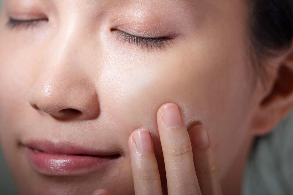 擦精華露時,為肌膚按摩,將有效加強肌膚涵水度
