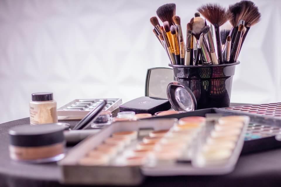 避免臉頰長痘痘、粉刺,必須避開使用含刺激性成分的化妝品、保養品
