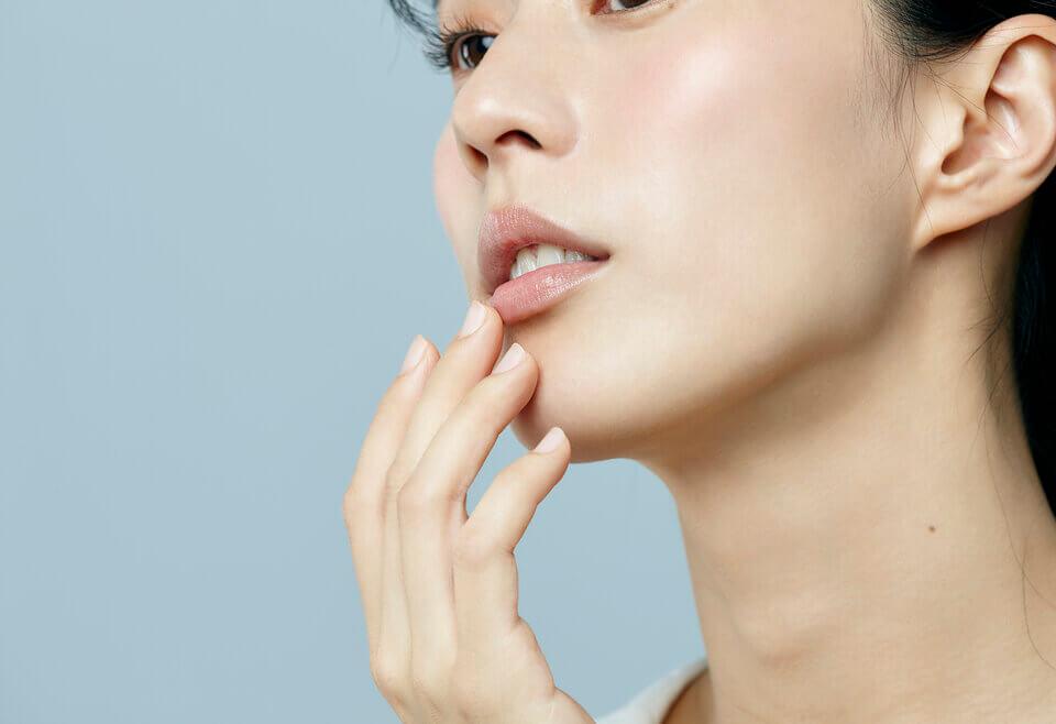 不只冬天,平時多以護唇油幫助嘴唇保濕,能改善唇紋深的困擾