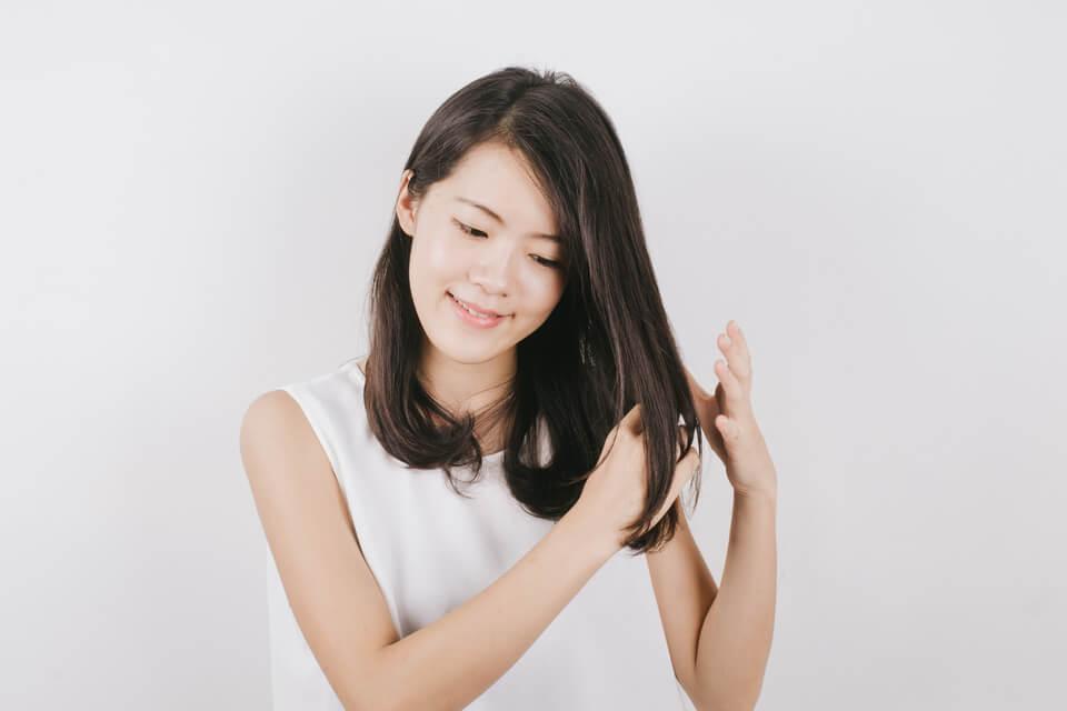 在洗髮前,取能 「將十指充分沾勻」的植物油用量 ,伸入乾燥髮絲深處,從頭皮中心開始輕柔按摩。