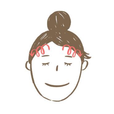 臉部按摩步驟4:以中指與無名指指腹,從眉心往太陽穴方向畫圈按摩, 眉心處可加強