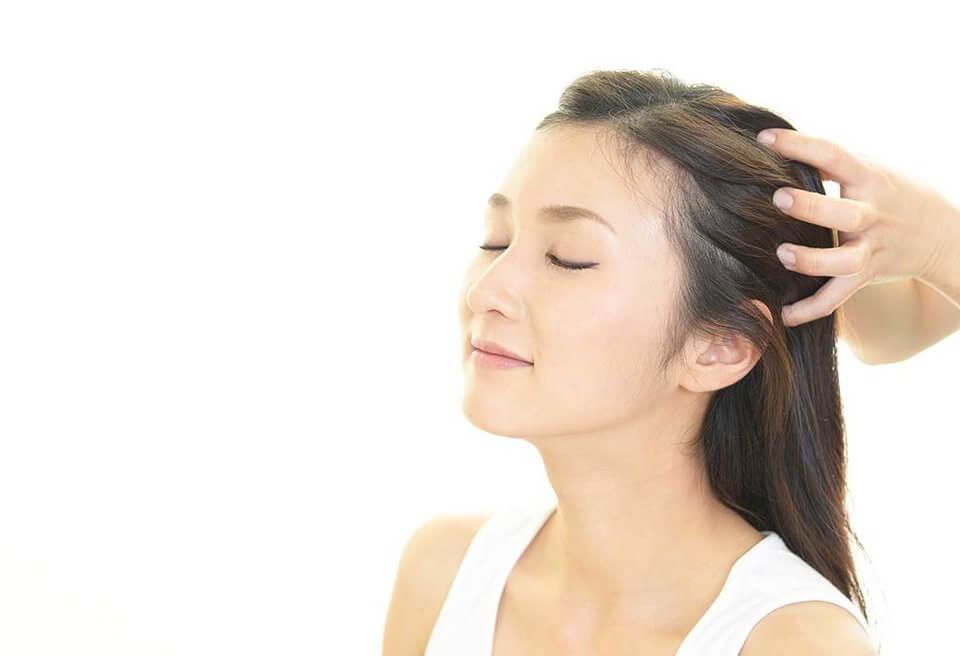 洗髮時按摩頭皮,除充分清潔頭皮也促進頭皮的血液循環,能緩解頭皮癢