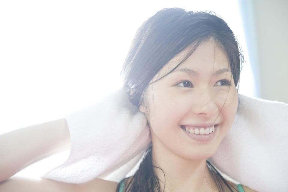 洗完頭之後用毛巾輕拍濕髮才不會造成頭髮毛躁