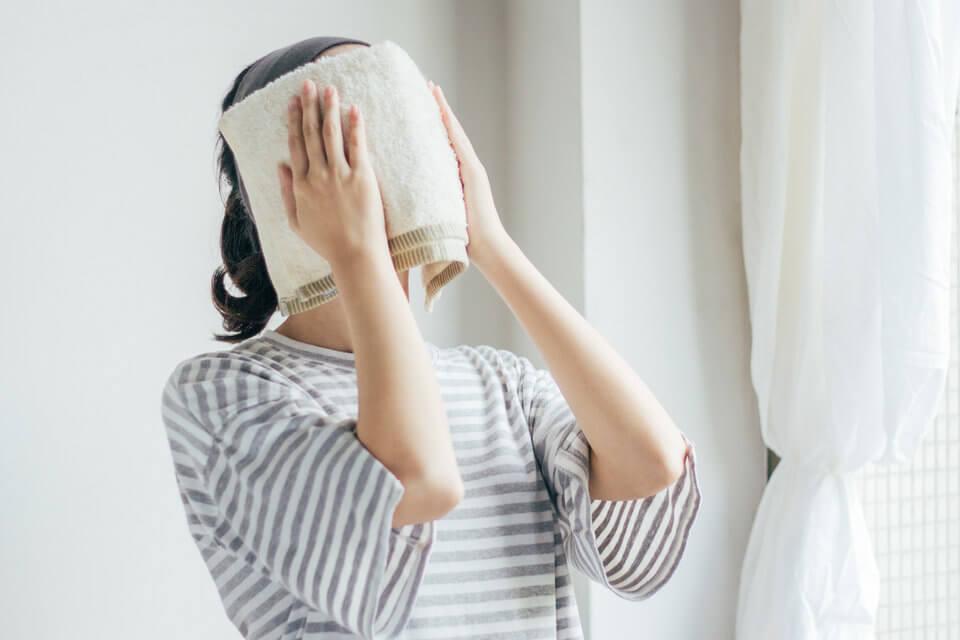 以熱毛巾為臉部進行油熱敷,可幫助乾性肌膚保濕