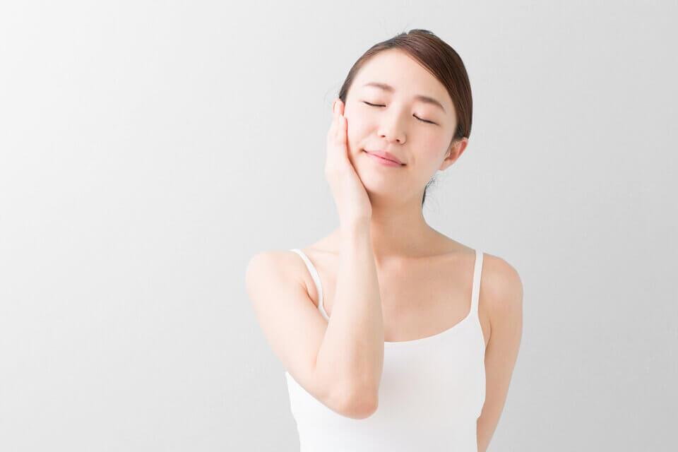洗完臉後讓臉上保留適度的水份,維持角質的濕潤再進行後續保養