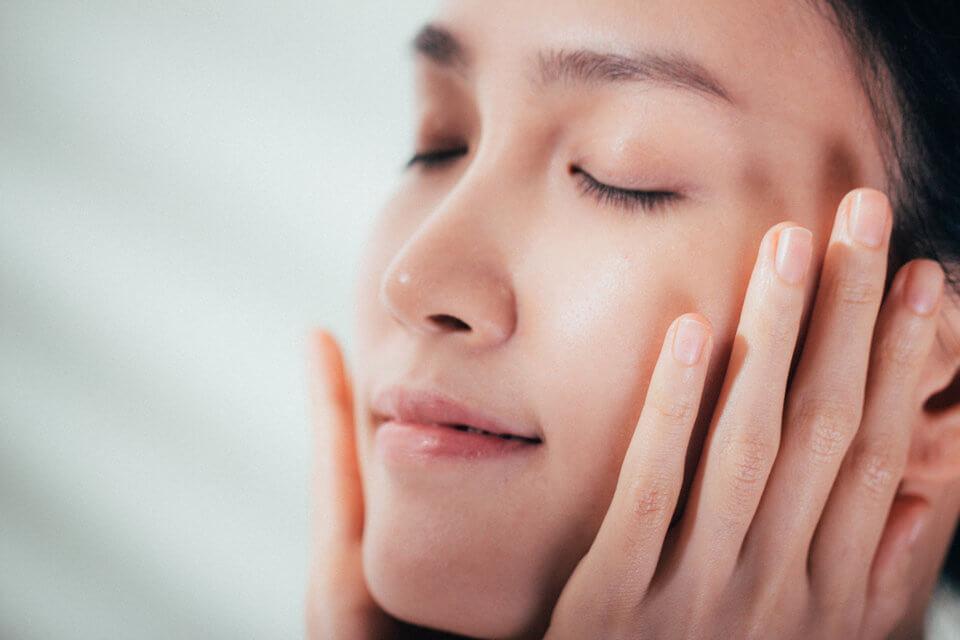 晚上進行酸類去角質,避免肌膚接觸到強烈的紫外線,誘發黑色素沉澱等問題