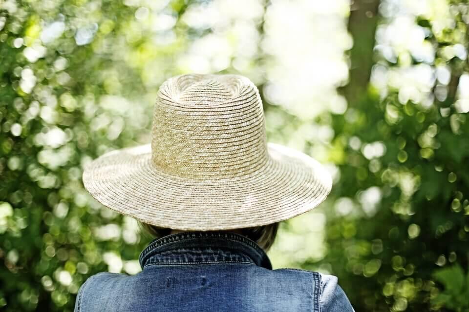 皮秒術後建議做好防曬第一和第二選擇-避開陽光、戴上帽子