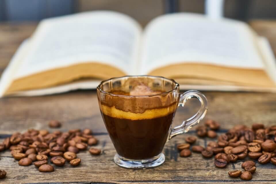 長期喝咖啡或攝取其他咖啡因,容易使色素沈澱於嘴唇造成嘴唇黑
