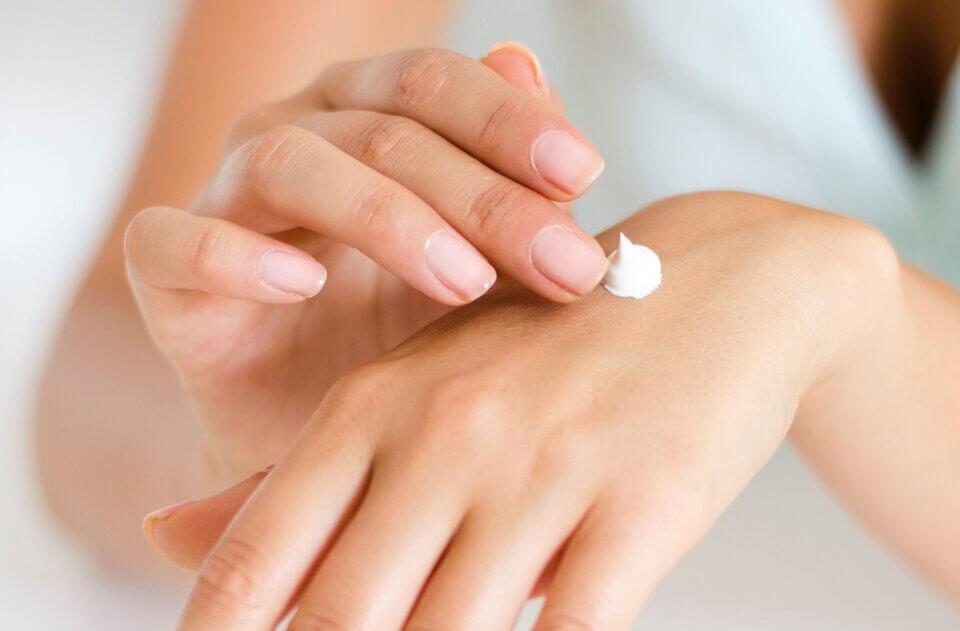眼霜中常見的修飾型成分包涵矽酸鈉,矽酸鎂鋁等