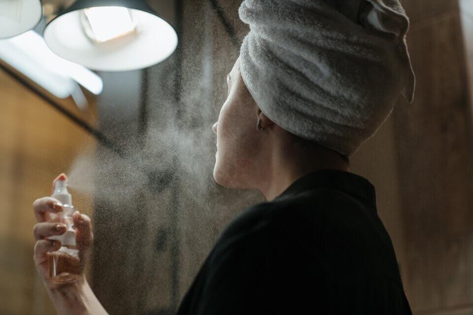 臉部保濕不能只靠保濕噴霧,仍需要搭配精華油幫助鎖水