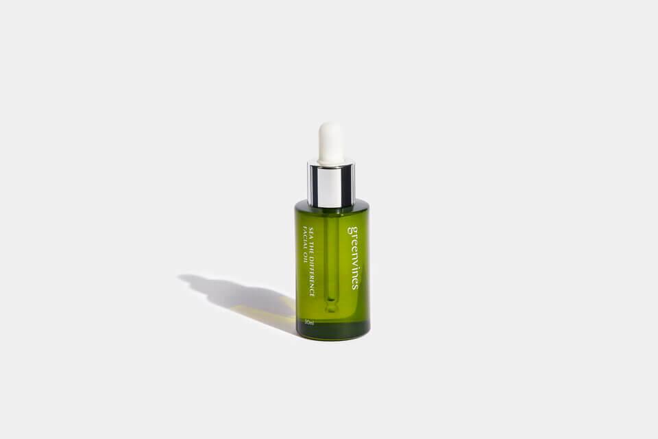 綠色海洋精華油,除了為肌膚完整鎖水,還有效撫平細紋